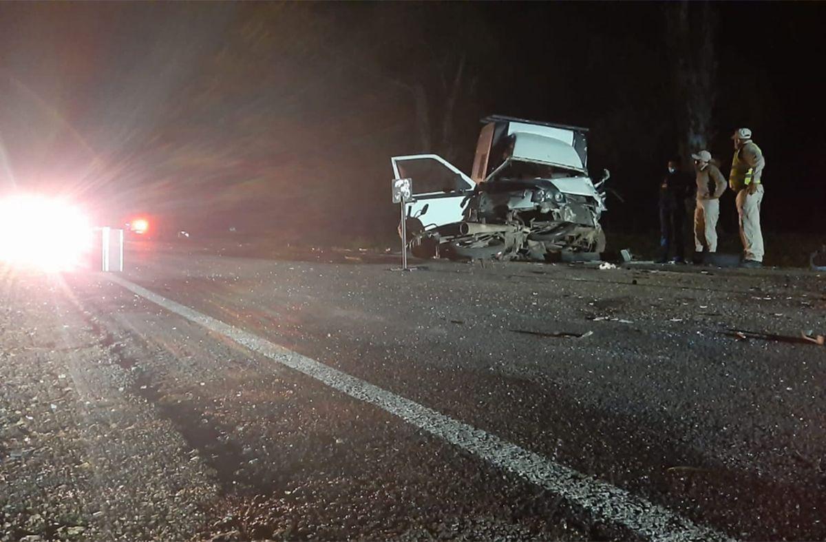 Choque frontal entre dos vehículos dejó un muerto y una motociclista lesionada
