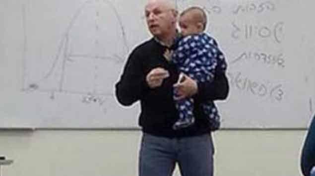 Profesor piola: dio clases con el bebé de una estudiante en brazos.