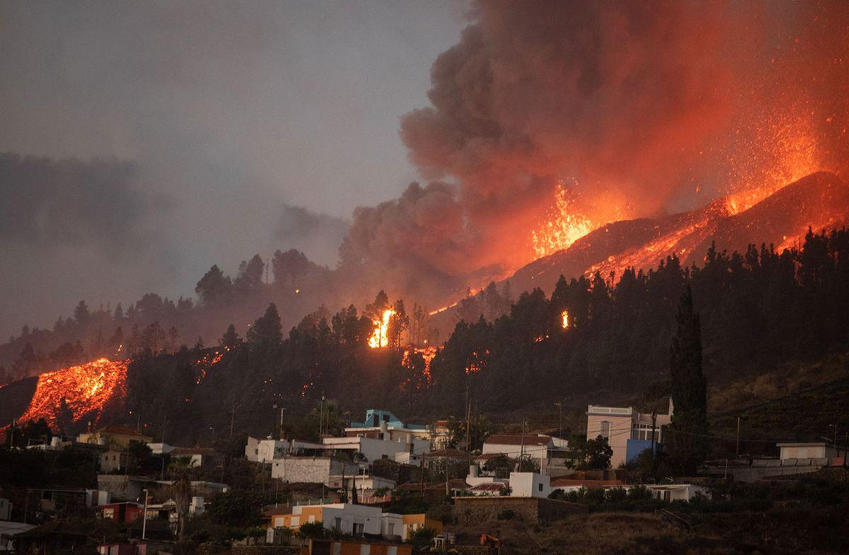 Lava del volcán en Canarias destruye numerosas casas y obliga a evacuar