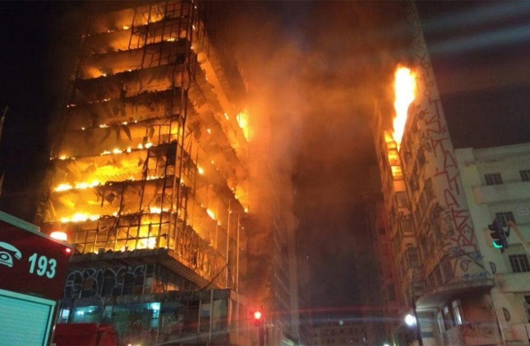 Colapsó un edificio en el centro de San Pablo tras un incendio: un muerto