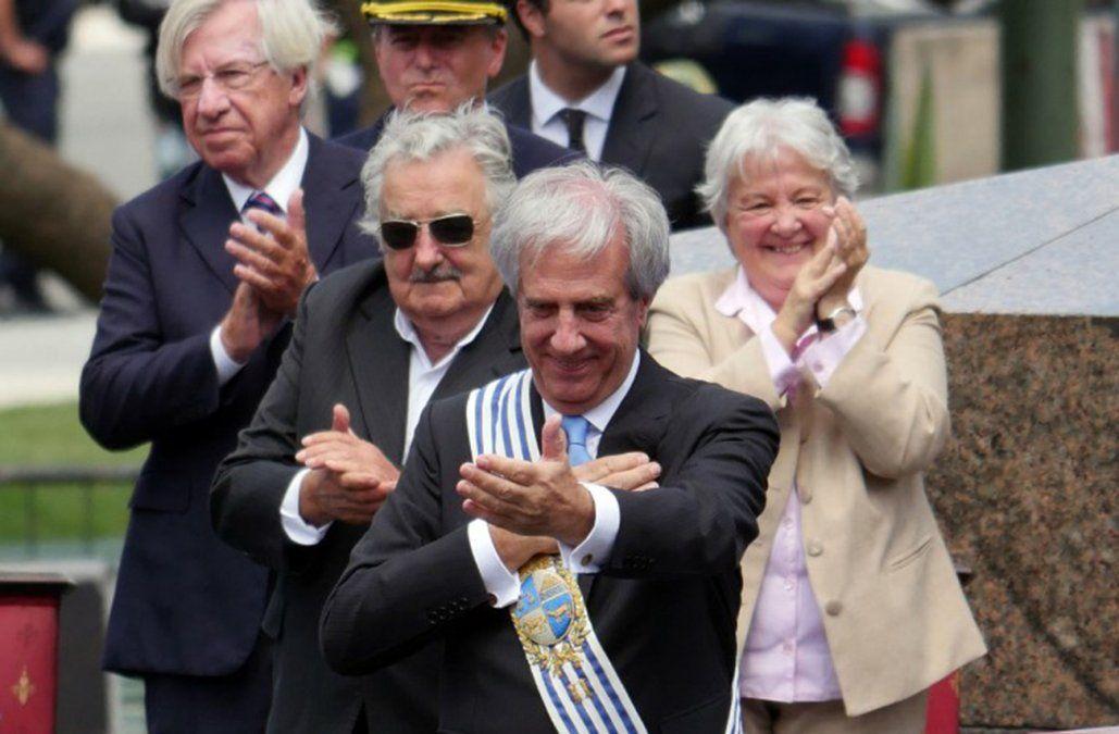 1° de marzo de 2015: Vázquez recibe la banda presidencial de Mujica en un ambiente distendido.