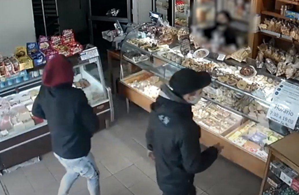 Jóvenes robaron panadería y fueron capturados escondidos debajo de un colchón