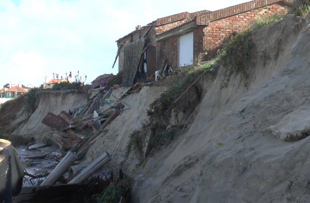 Fuertes olas derrumbaron una casa en Costa Azul y hay más de 10 viviendas en riesgo
