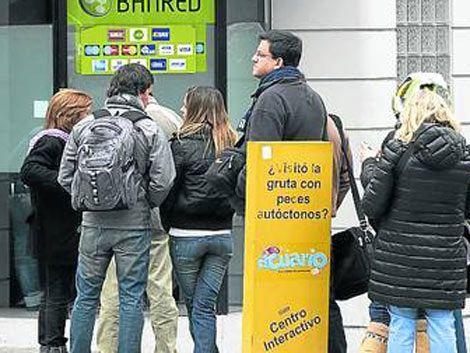 Cristina Kirchner pone cepo a dólar Colonia: US$ 50 por tarjeta