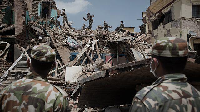 Rescatan con vida a anciano de 101 años en Nepal, a una semana del sismo