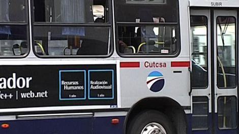 Bajan a una joven de un ómnibus de Cutcsa porque estaba en bolas