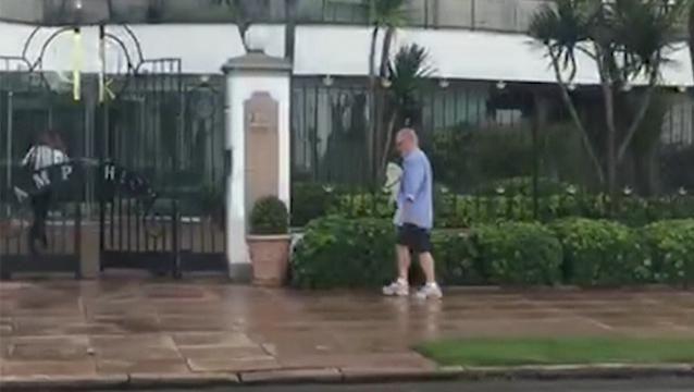 Eugenio Figueredo goza de salidas diarias y fue visto paseando a su perro