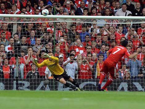 Suárez arrancó con gol en el Liverpool pese a errar un penal