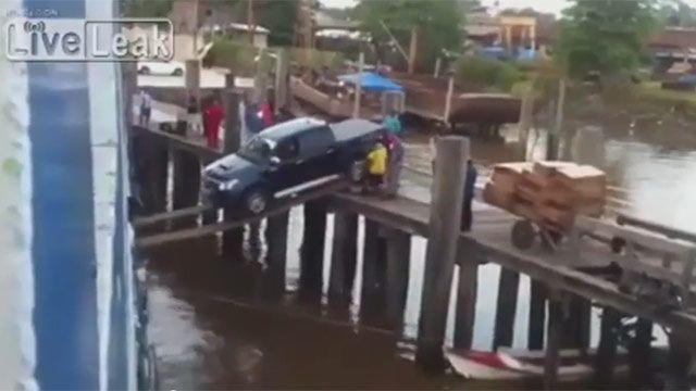 Video: espectacular maniobra de conductor para evitar caer al río