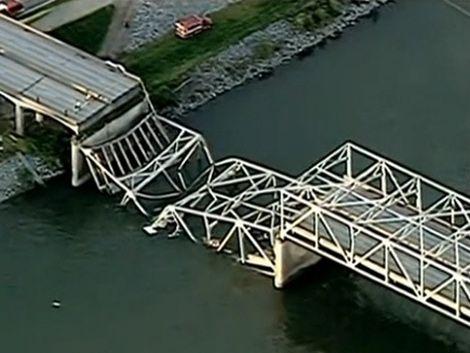 Cayó un puente en EE.UU: varios vehículos y personas al agua
