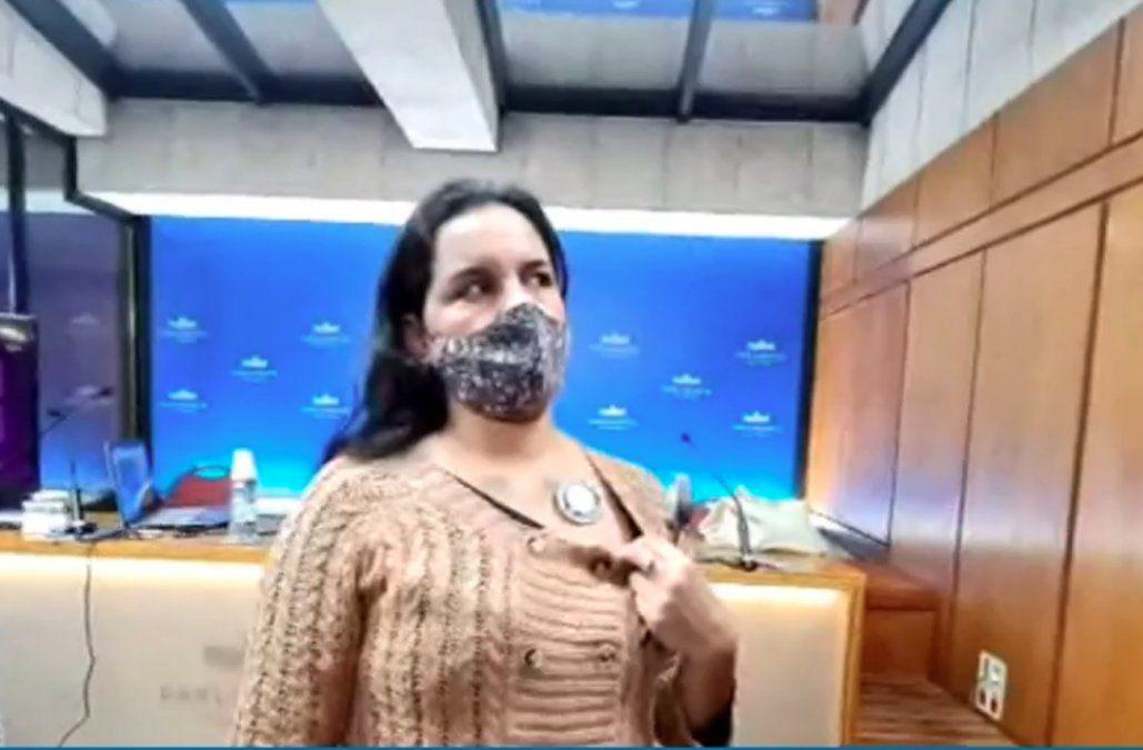 Diputado César Vega llevó al Parlamento personas que dicen estar imantadas por las vacunas