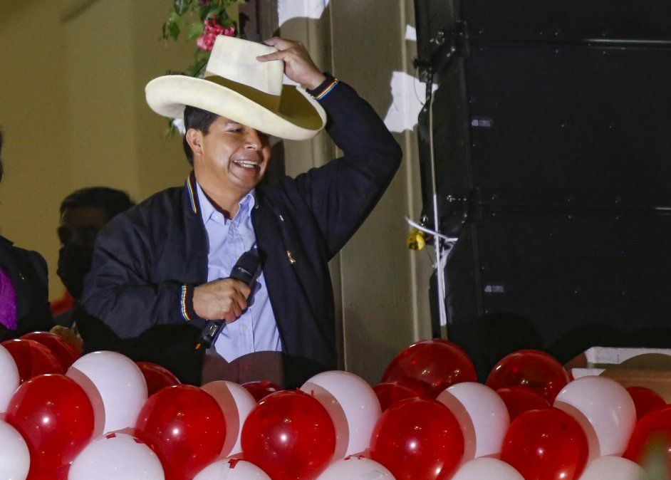 El izquierdista Pedro Castillo jura como nuevo presidente de Perú