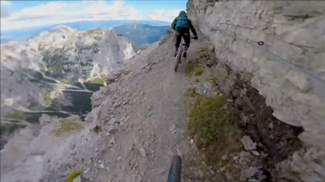Impactantes imágenes de un arriesgado descenso en bici por una montaña