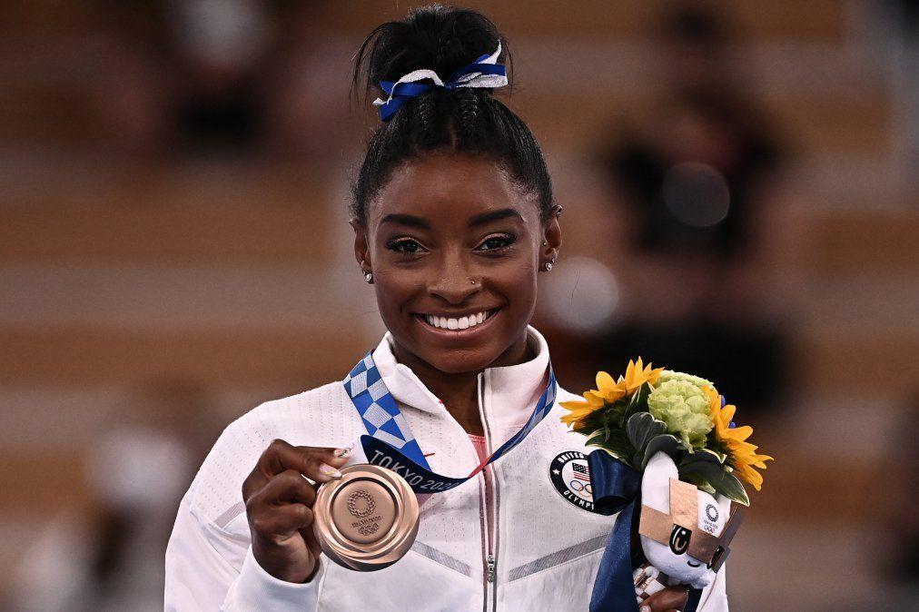 La estadounidense Simone Biles posa con su medalla de bronce durante la ceremonia del podio de la barra de equilibrio femenina de gimnasia artística de los Juegos Olímpicos de Tokio