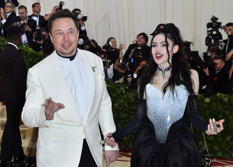 Multimillonario Elon Musk y la cantante Grimes llegando a la Gala del MET (2018).