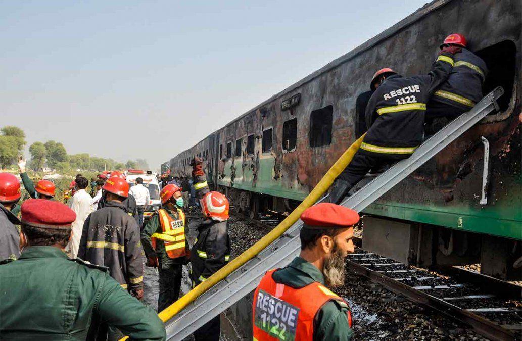 Al menos 71 muertos en un incendio en un tren en Pakistán