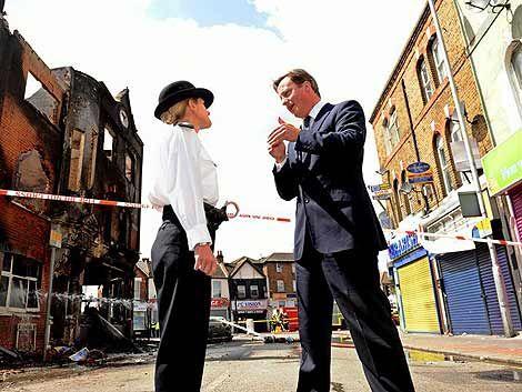 Cameron suspendió vacaciones y volvió a Londres por disturbios