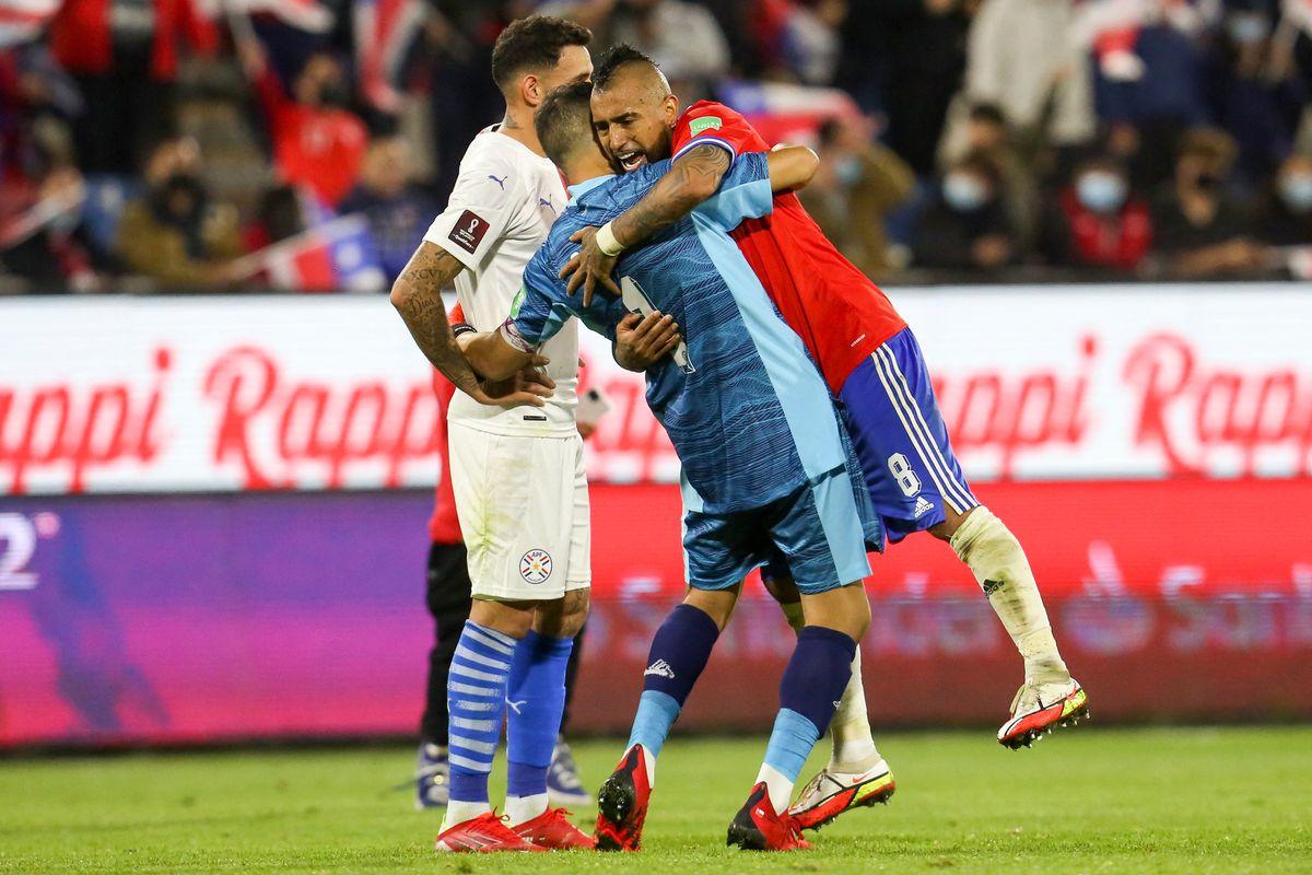 Bravo y Arturo Vidal celebran la victoria