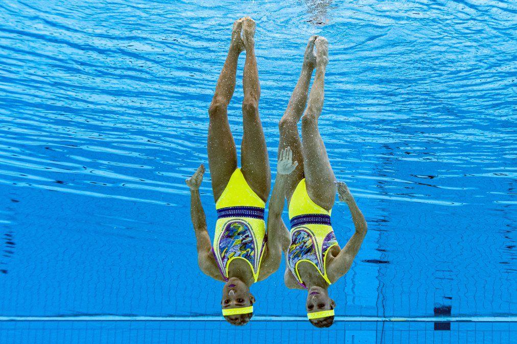 Una vista submarina muestra a la mexicana Nuria Diosdado García y la mexicana Joana Jiménez García mientras compiten en el evento de natación artística de rutina técnica de dúo femenino durante el Tokio.