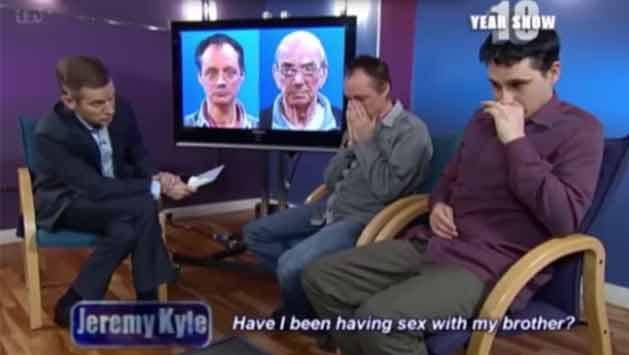 Reacción: pareja gay se quería casar, pero descubrió en TV que son hermanos