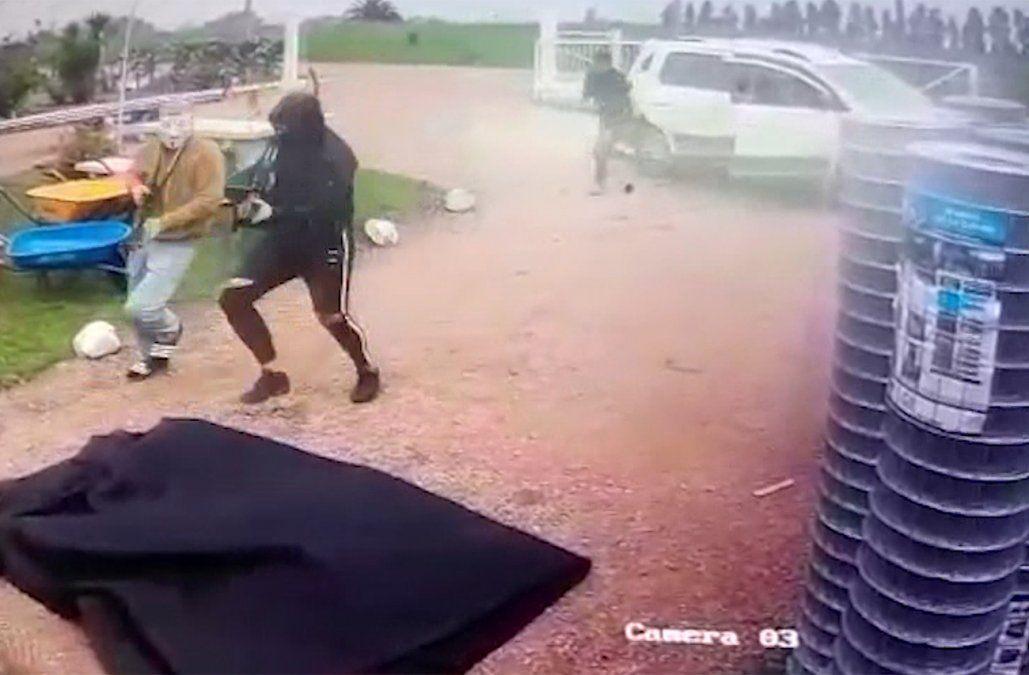 Delincuentes enmascarados y fuertemente armados robaron una ferreteria