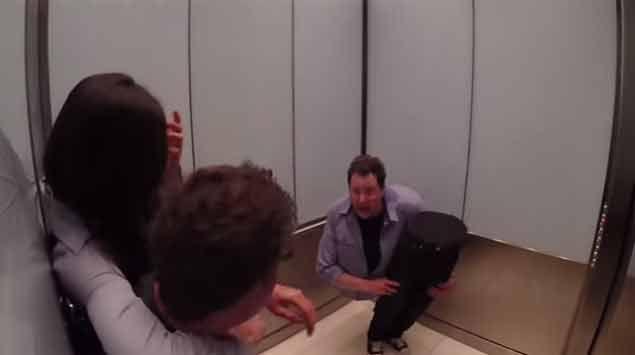 Hombre partido al medio asusta gente en el ascensor