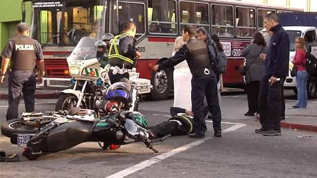 """Policía de tránsito causó un accidente al no respetar un """"PARE"""""""