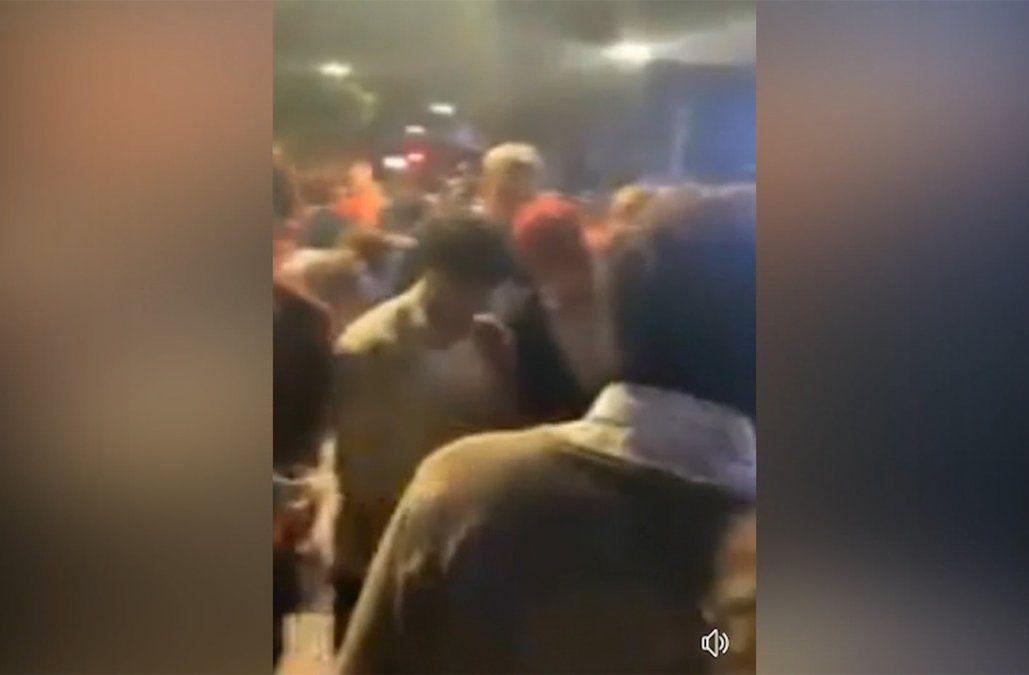 Agreden a policías cuando intentaban disuadir una aglomeración de 200 jóvenes