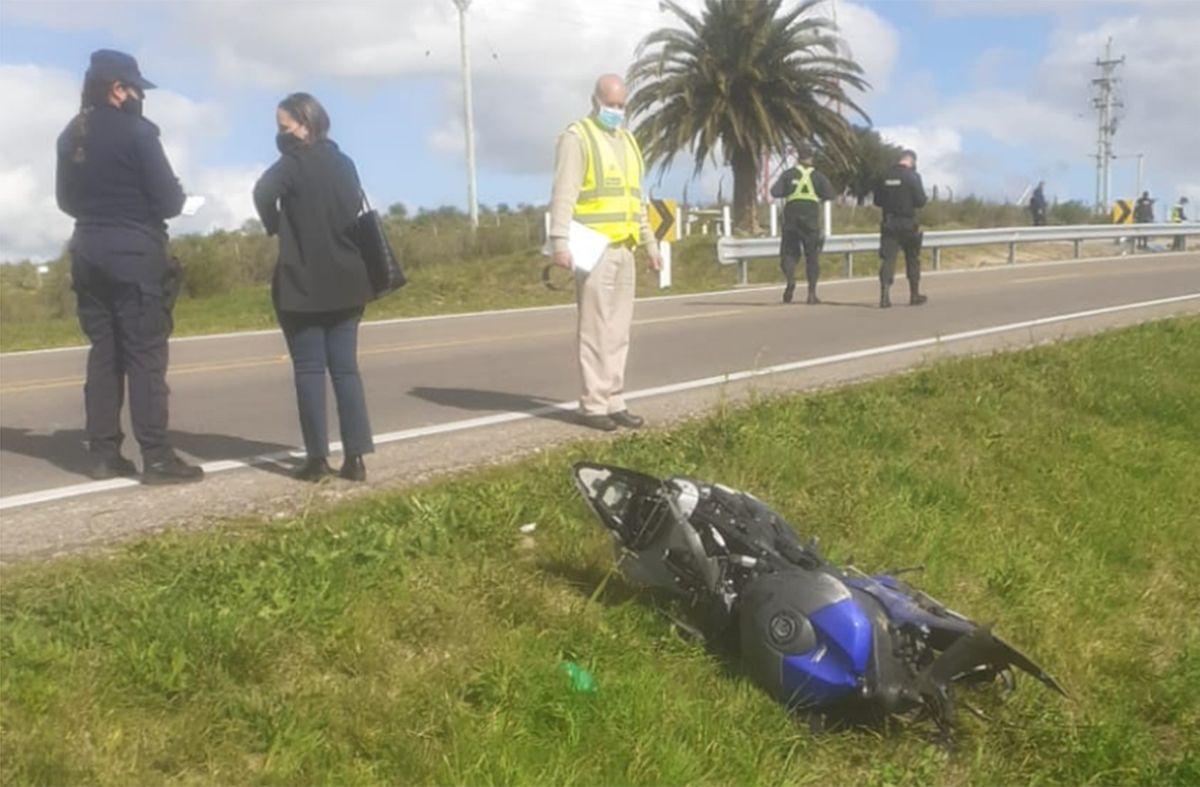 La moto en el lugar del accidente. Foto: Policía Caminera.