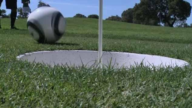 Una pelota común y un hoyo grande, así se juega al Fútgolf