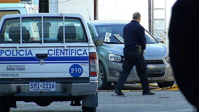 Policía Científica pericia autos utilizados para rapiñar Tienda Inglesa