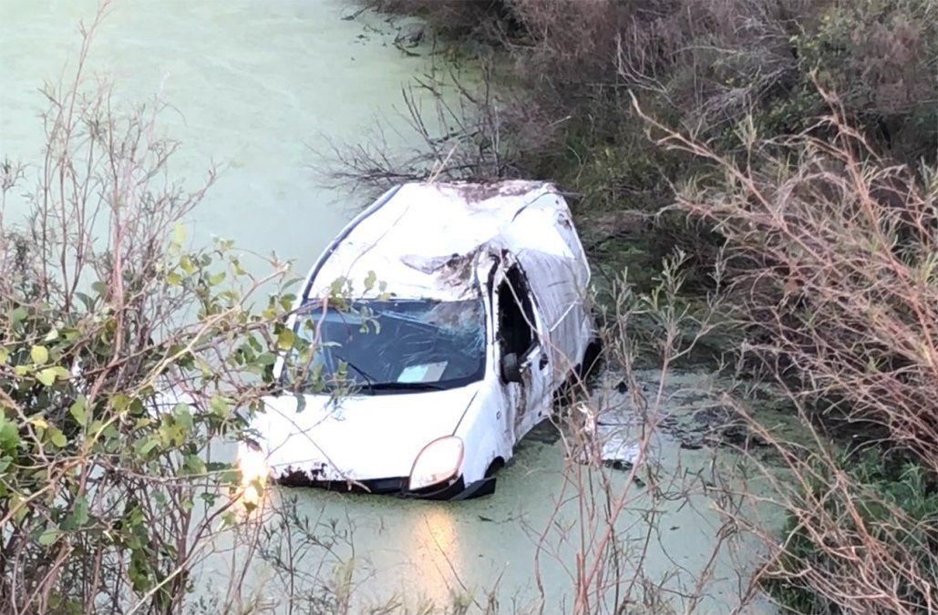 Un conductor se salvó de milagro tras despistar y terminar en un tajamar