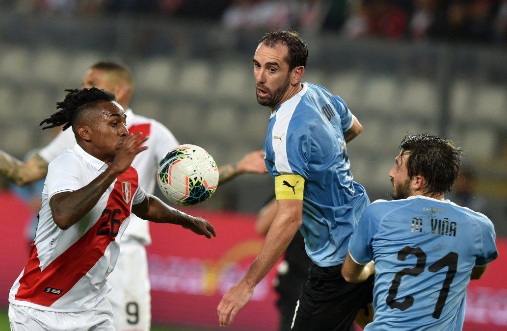 Uruguay logró un empate ante Perú jugando con 10 desde el minuto 26