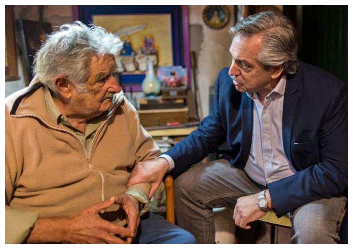 Alberto Fernández en una visita a la chacra de Mujica en 2019. El extupamaro ha sido fuente de consulta para el presidente argentino. Foto: La Nación