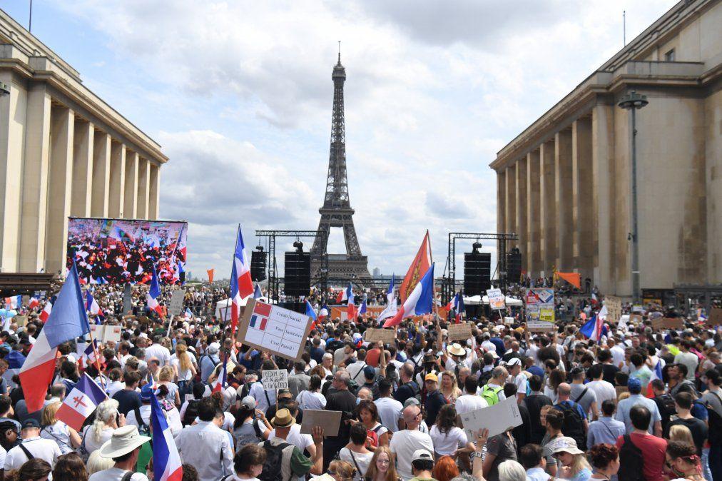 Protesta contra lavacunación obligatoria para ciertos trabajadores y el usoobligatorio del pase de salud convocado por el gobierno francés.
