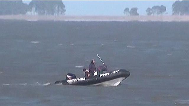 Cinco pescadores fueron rescatados tras vuelco de su lancha en La Coronilla