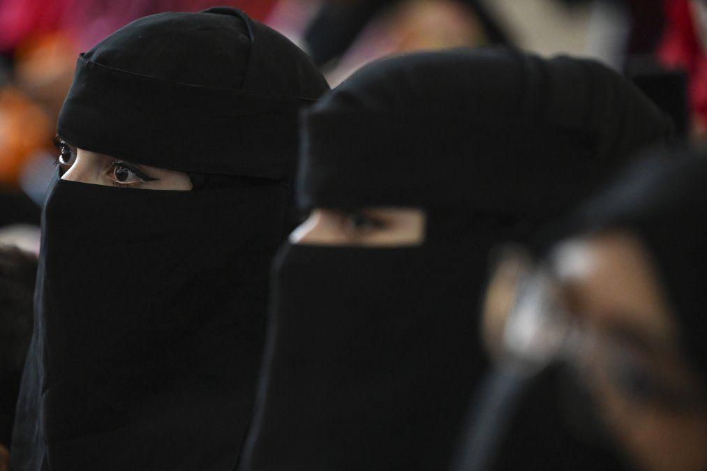 Las estudiantes afganas deberán llevar abaya y nicab y no podrán cruzarse con hombres
