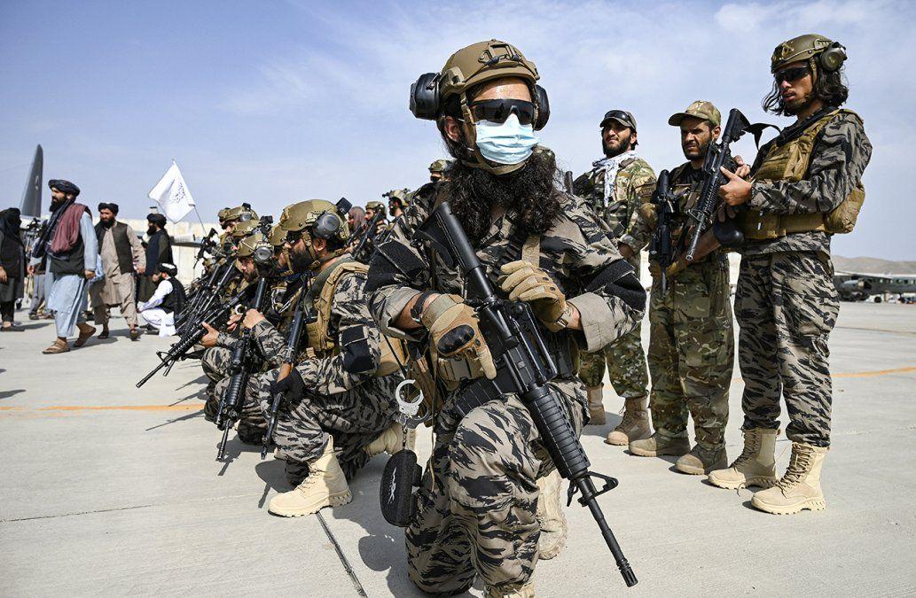 Losmiembros de la unidad militar talibán Badri 313 toman posición enel aeropuerto de Kabul el 31 de agosto de 2021