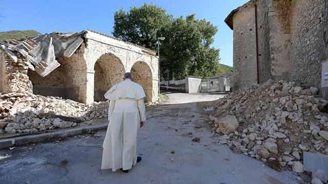 Francisco visitó Amatrice, la región devastada por terremoto en Italia