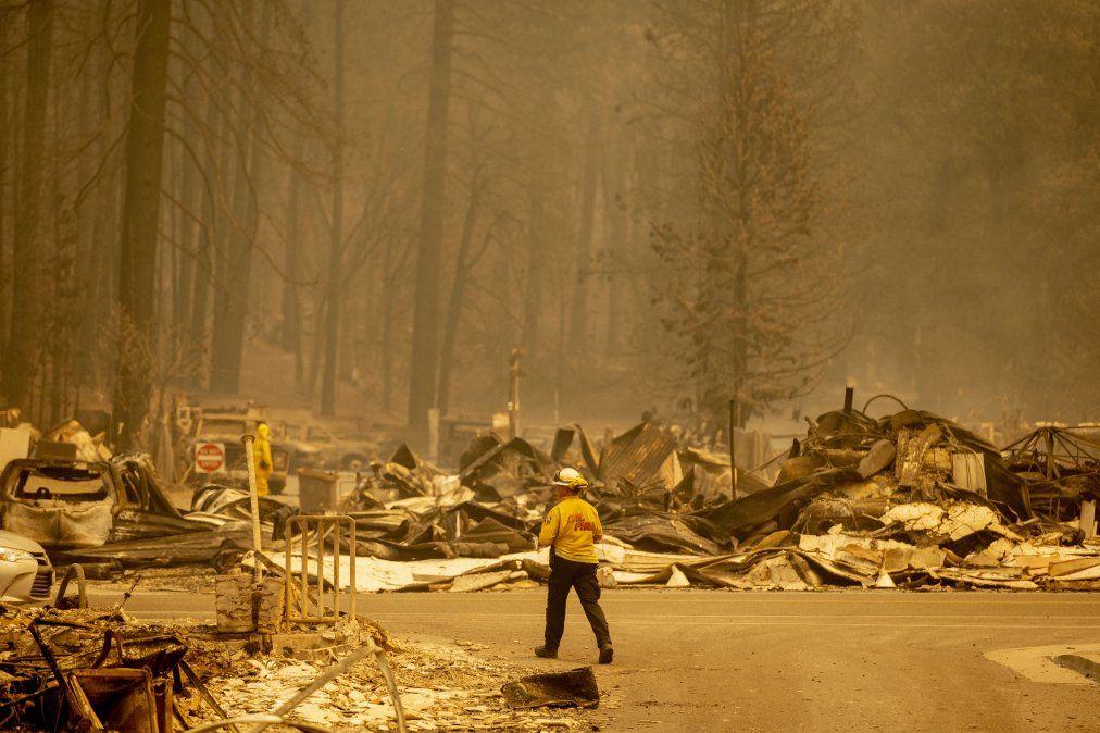 Un bombero inspecciona un centro de la ciudad destruido durante el incendio de Dixie en Greenville