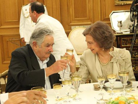 Mujica se reunió con empresarios y cenó con el rey y la reina