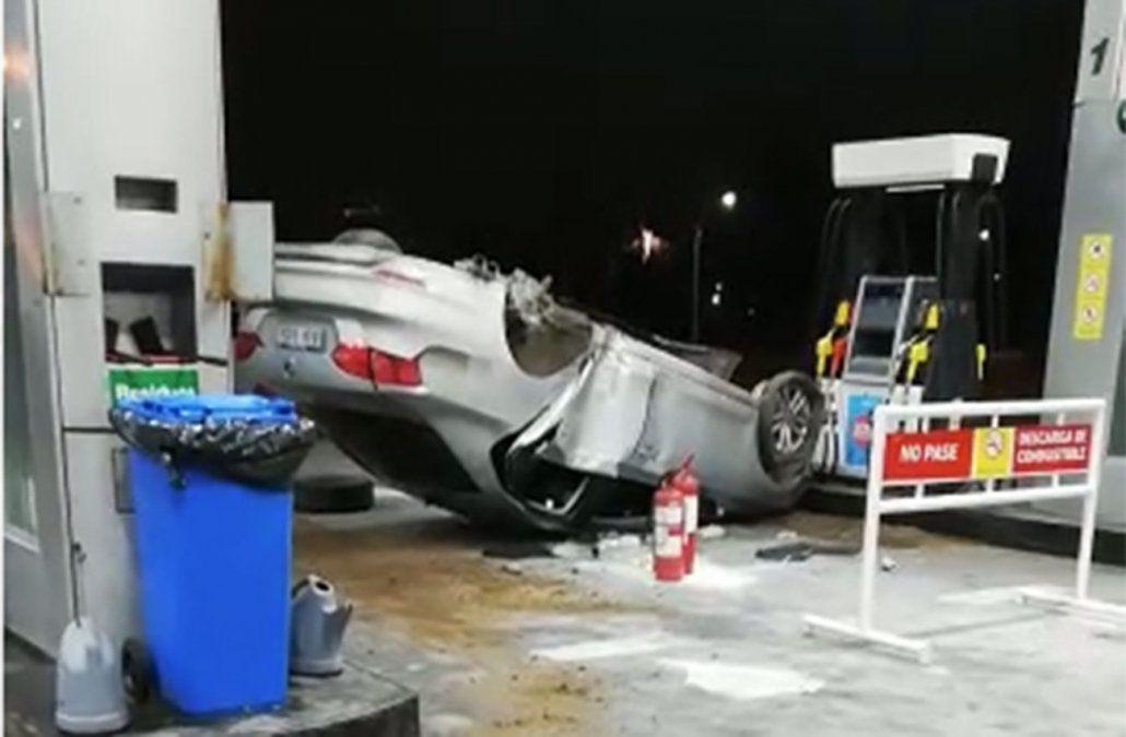 Espectacular accidente terminó con un auto dado vuelta en una estación de servicio