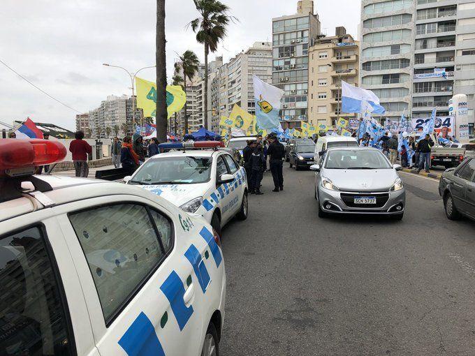 Roces entre militantes de los partidos en la rambla de Montevideo