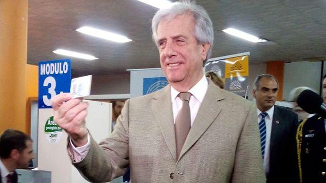 Vázquez, Sendic y los ministros sacaron la nueva cédula electrónica