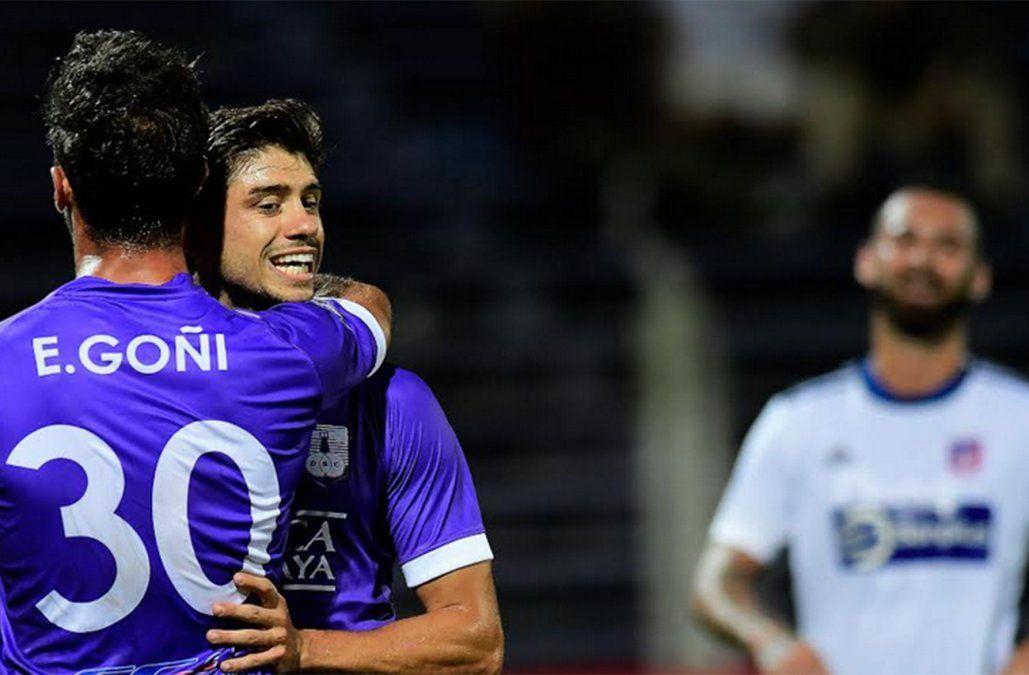Matías Cabrera festeja su gol con Teto Goñi