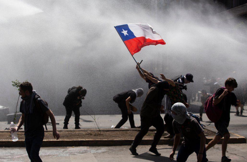 Militares amplían horario del toque de queda en Santiago por incesantes protestas