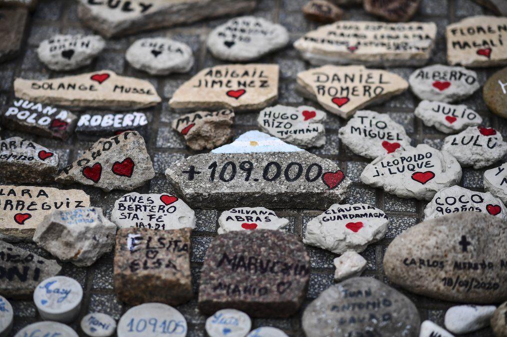 """Piedras con nombres frente a la Casa Rosada durante la """"Marcha de las Piedras"""" en homenaje a las víctimas del COVID-19"""