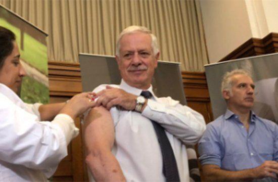 El ministro Basso y el pediatra Gabriel Peluffo dieron el puntapié inicial a la campaña de vacunación contra la gripe en 2017