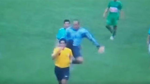 Perú: árbitro recibió patada voladora de un arquero tras tarjeta amarilla