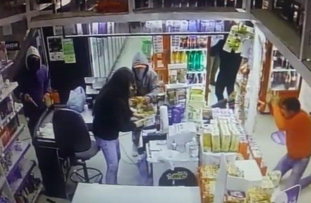 Video: Cuatro delincuentes armados robaron un supermercado en Salto